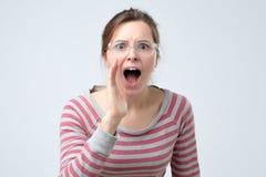 Młoda kobieta krzyczy próbować być głośny zdjęcie royalty free