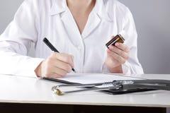 Młoda kobieta lekarz z stetoskopu przepisywać Obrazy Royalty Free