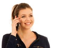 Młoda kobieta mówi na mądrze telefonie siolated nad białym backgrond Zdjęcie Royalty Free