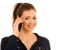 Młoda kobieta mówi na mądrze telefonie siolated nad białym backgrond Zdjęcia Stock