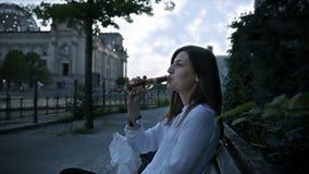 Młoda kobieta mówi otuchy i pije wino w Berlińskim centrum miasta zdjęcie wideo
