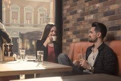Młoda kobieta mężczyzna kawiarnia pije indoors słonecznego dnia okno Obrazy Stock