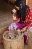 Młoda kobieta młotkuje morwowej brai Fotografia Stock