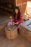 Młoda kobieta młotkuje morwowej brai Zdjęcia Stock