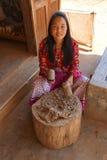 Młoda kobieta młotkuje morwowej brai Fotografia Royalty Free