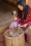 Młoda kobieta młotkuje morwowej brai Obraz Stock