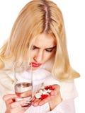 Młoda kobieta ma grypę bierze pigułki. Obrazy Royalty Free