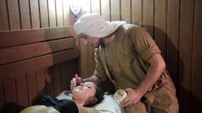 Młoda kobieta ma maskową procedurę zbiory wideo
