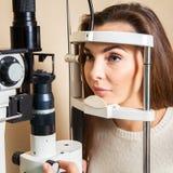 Młoda kobieta ma oko egzamin wykonującego oko lekarką Fotografia Stock