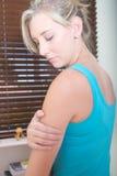 Młoda kobieta ma ręka ból Zdjęcie Stock