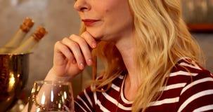 Młoda kobieta ma szampana 4K 4k zbiory wideo