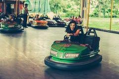 Młoda kobieta ma zabawę w elektrycznym rekordowym samochodzie zdjęcie stock