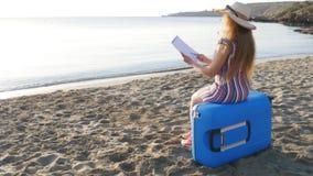 Młoda kobieta maluje na plaży zdjęcie wideo