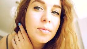 Młoda kobieta maluje rzęsy, patrzeje w lustrze swobodny ruch zbiory wideo