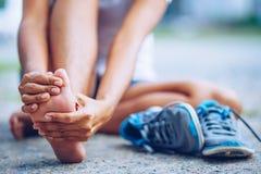 Młoda kobieta masuje jej bolesną stopę od ćwiczyć zdjęcie stock