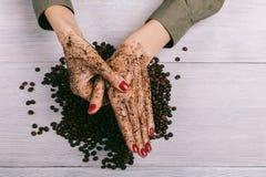 Młoda kobieta masuje rękę z kawową pętaczką obrazy stock