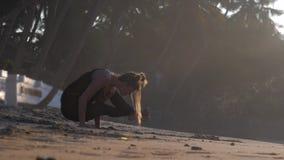 Młoda kobieta medytuje pozycję na rękach w joga pozie zbiory