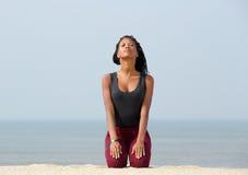Młoda kobieta medytuje przy plażą obrazy royalty free