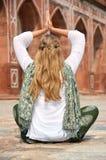 Młoda kobieta medytuje w jardzie Humayun& x27; s grobowiec delikatesy zdjęcia royalty free