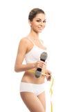 Młoda kobieta mierzy jej brzucha w sporty ubraniach obraz stock