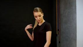 Młoda kobieta model ma fotografii sesji w studiu stanowić kamery Mknący zakulisowy zbiory