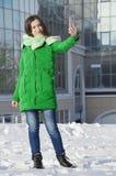 Młoda kobieta na biznesowym budynku tle zdjęcie stock