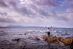 Młoda kobieta na burzowym wybrzeżu Obrazy Royalty Free