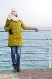 Młoda kobieta na dennym tle zdjęcie royalty free