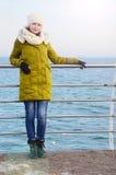 Młoda kobieta na dennym tle fotografia royalty free