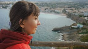 Młoda kobieta na dennym tle Zakończenie portret uśmiechnięta caucasian brown z włosami kobieta patrzeje w czerwonym hoodie zbiory wideo