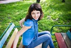 Młoda kobieta na huśtawce Zdjęcie Royalty Free