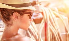 Młoda kobieta na jachcie na zmierzchu zdjęcie stock