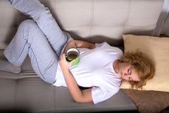 Młoda kobieta na kanapie w wczesnym poranku obraz royalty free