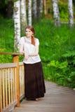 Młoda kobieta na małym drewnianym moscie obrazy royalty free