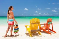 Młoda kobieta na plaża wakacje Zdjęcia Royalty Free