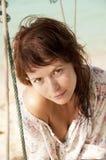 Młoda kobieta na plażowej huśtawce. Obraz Stock