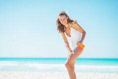 Młoda kobieta na plażowym stosuje słońca blokowym creme obrazy royalty free