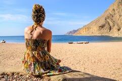 Młoda kobieta na plaży Fotografia Stock