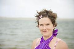 Młoda kobieta na plaży zdjęcia stock