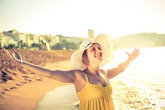 Młoda kobieta na plaży obraz royalty free