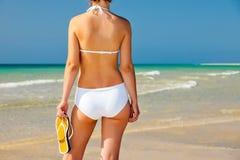 Młoda kobieta na plaży Fotografia Royalty Free