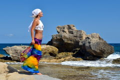 Młoda kobieta na plaży w lecie Obrazy Stock
