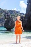 Młoda kobieta na skalistej plaży Zdjęcia Stock