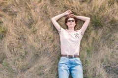 Młoda kobieta na trawie cieszy się wiosnę obrazy royalty free