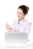 Młoda kobieta naciera jej rękę po pracować na laptopie Zdjęcia Stock