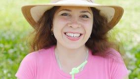 Młoda kobieta napój trzyma zdrowego detox outdoors zdjęcie wideo