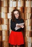 Młoda kobieta nauczyciel sprawdza muzyczną książkę zdjęcia royalty free