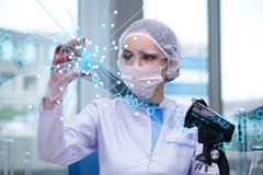 Młoda kobieta naukowiec w nauki medyczne pojęciu zdjęcia stock