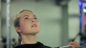 Młoda Kobieta Nie udać się Podnosić Ciężkiego Dumbbell w Gym zbiory