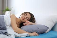 Młoda kobieta obudzi w domu w ranku zdjęcie stock